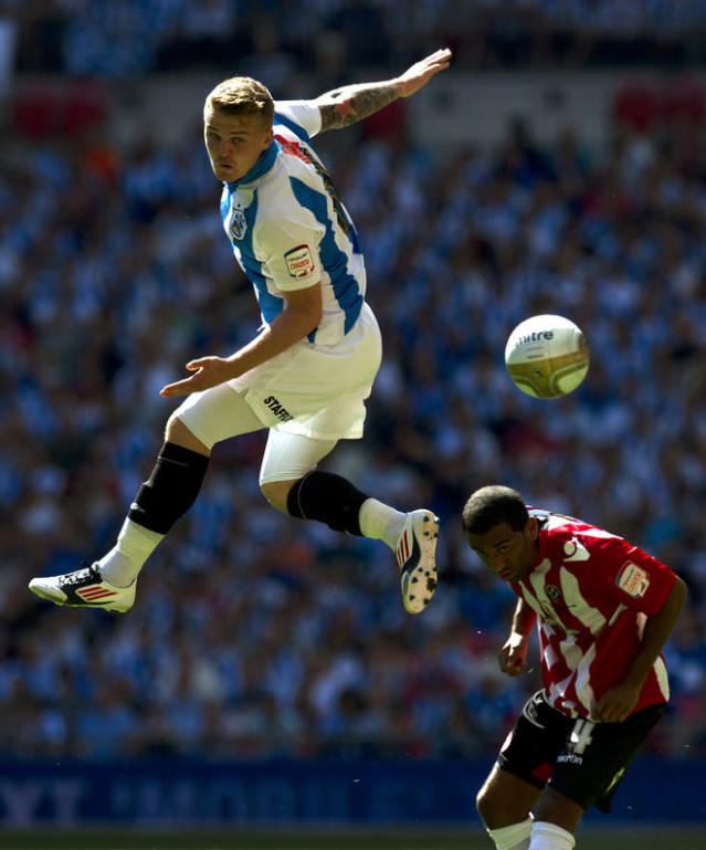 Huddersfield's Danny Ward (L) competes for the ball against Sheffield United's Nick Montgomery (R) during the League 1 Play-Off Final football match between Huddersfield Town and Sheffield United at Wembley Stadium in London on May 26, 2012. AFP PHOTO / ADRIAN DENNISADRIAN DENNIS/AFP/GettyImages