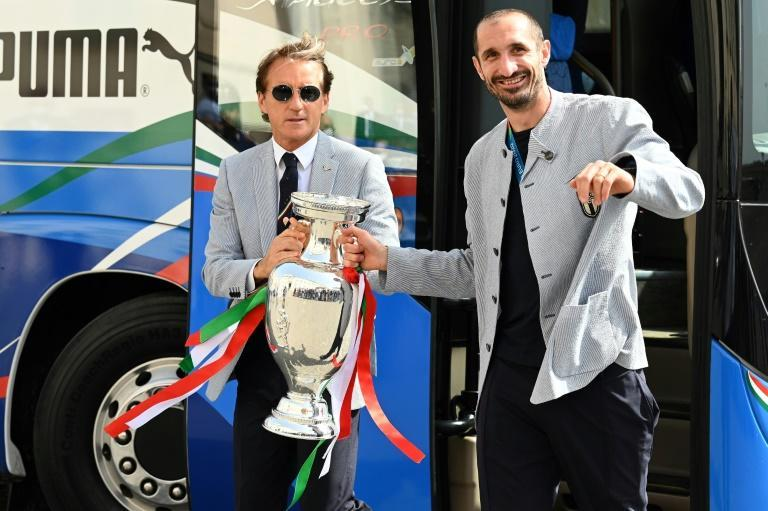 Italy coach Roberto Mancini and captain Giorgio Chiellini with the Euro 2020 trophy in Rome in July (AFP/Vincenzo PINTO)