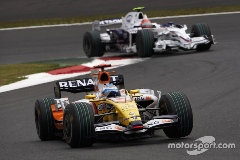 "Fernando Alonso, Renault R28 leads Robert Kubica, BMW Sauber F1.08<span class=""copyright"">Steve Etherington / Motorsport Images</span>"