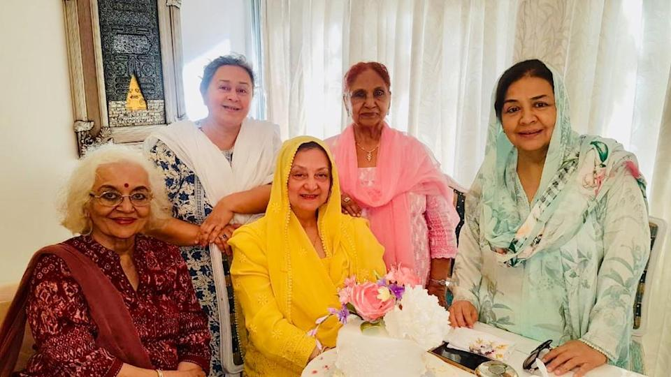 Saira Banu with close friends Asha Parekh, Farida Dadi, Roshan Kumari and Farida Jalal.