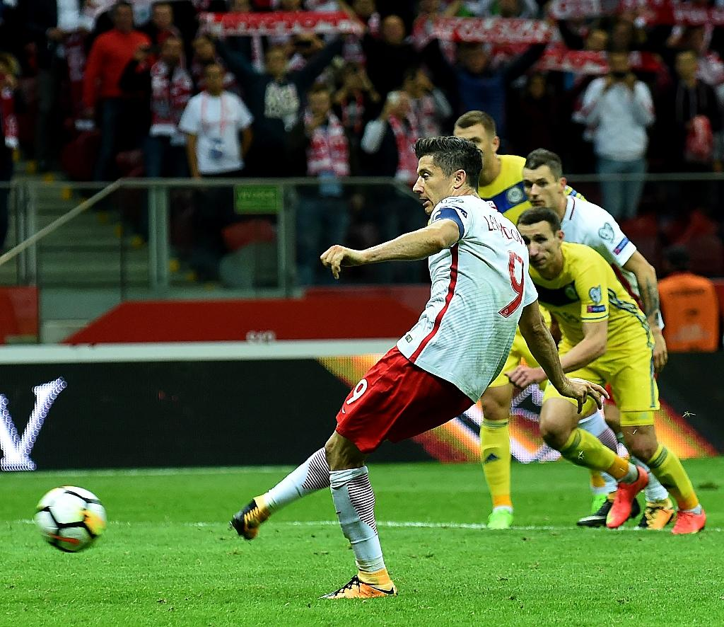 Poland's forward Robert Lewandowski scores from the penalty spot against Kazakhstan in Warsaw on September 4, 2017 (AFP Photo/JANEK SKARZYNSKI)