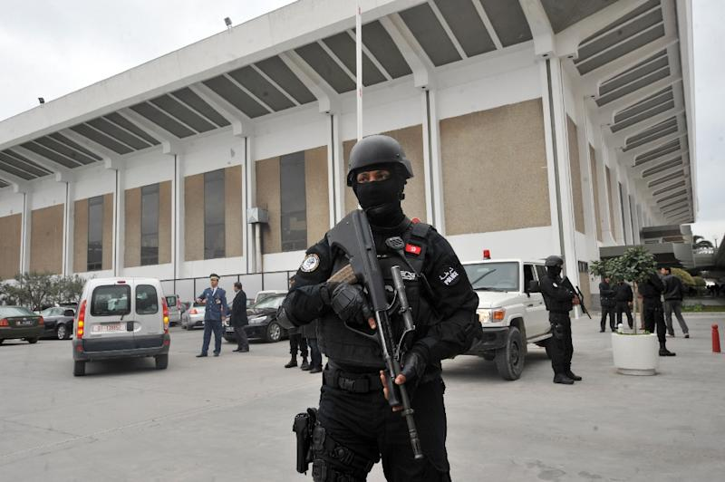 Tunisian special forces stand guard outside Tunis-Carthage International airport in Tunis on March 21, 2015 (AFP Photo/Fethi Belaid)