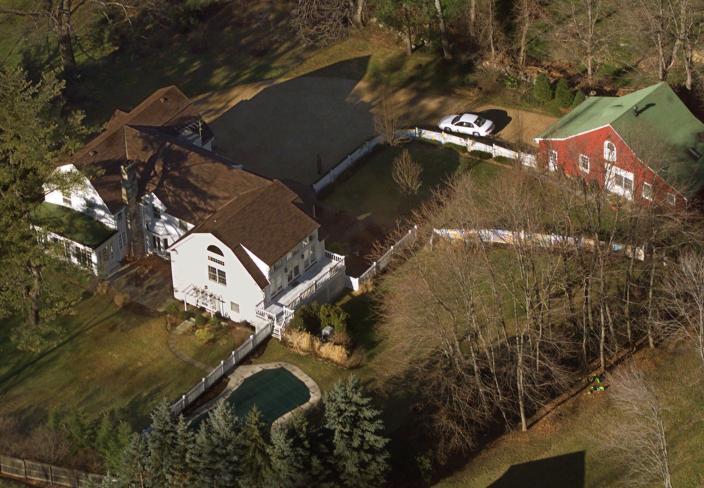 <p>The Clinton's residence is seen from the air in Chappaqua, N.Y., Jan. 5, 2000. (Photo: Kathy Willens/AP) </p>