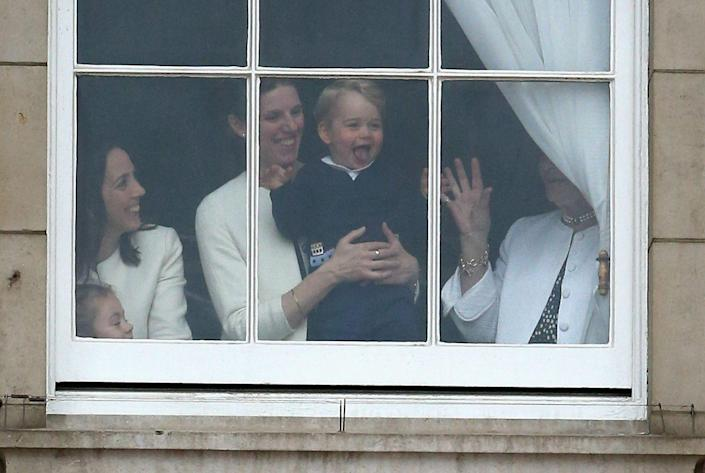 <p>Photographers captured this silly behind-the-scenes moment of the 2015 Trooping the Colour.</p>