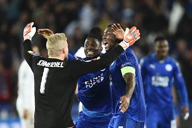 Leicester City's Danish goalkeeper Kasper Schmeichel (L) celebrates with teammates at the final whistle of their match match against Sevilla at the King Power Stadium on March 14, 2017 (AFP Photo/Oli SCARFF )