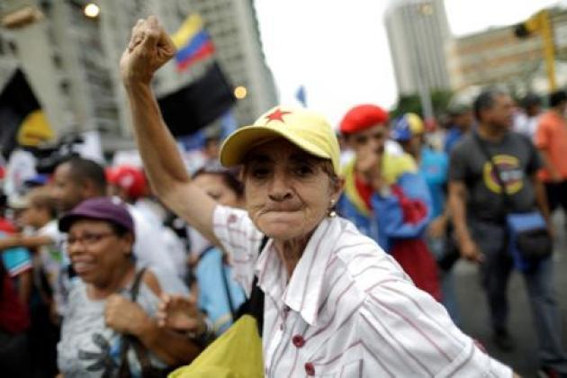 <p>Venezuela government supporters march as hackers back army base attack</p>