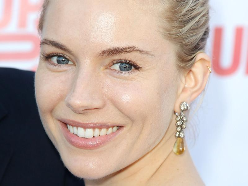 7aa98b042be4 Sienna Miller   Son maquillage naturel pour le gala Up2Us
