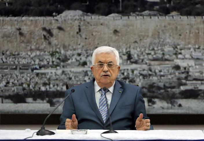 Palestinian president Mahmud Abbas chairs a meeting with members of the Palestinian leadership in the West Bank city of Ramallah, on August 16, 2014 (AFP Photo/Abbas Momani)