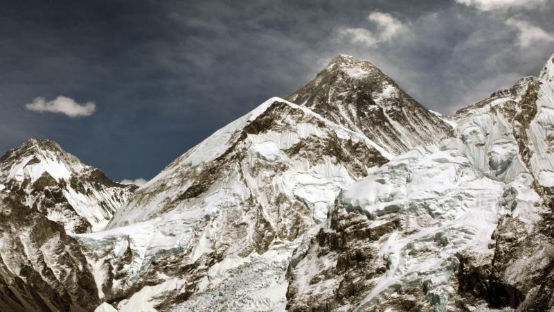 US climber dies after scaling Everest in seven-summit bid