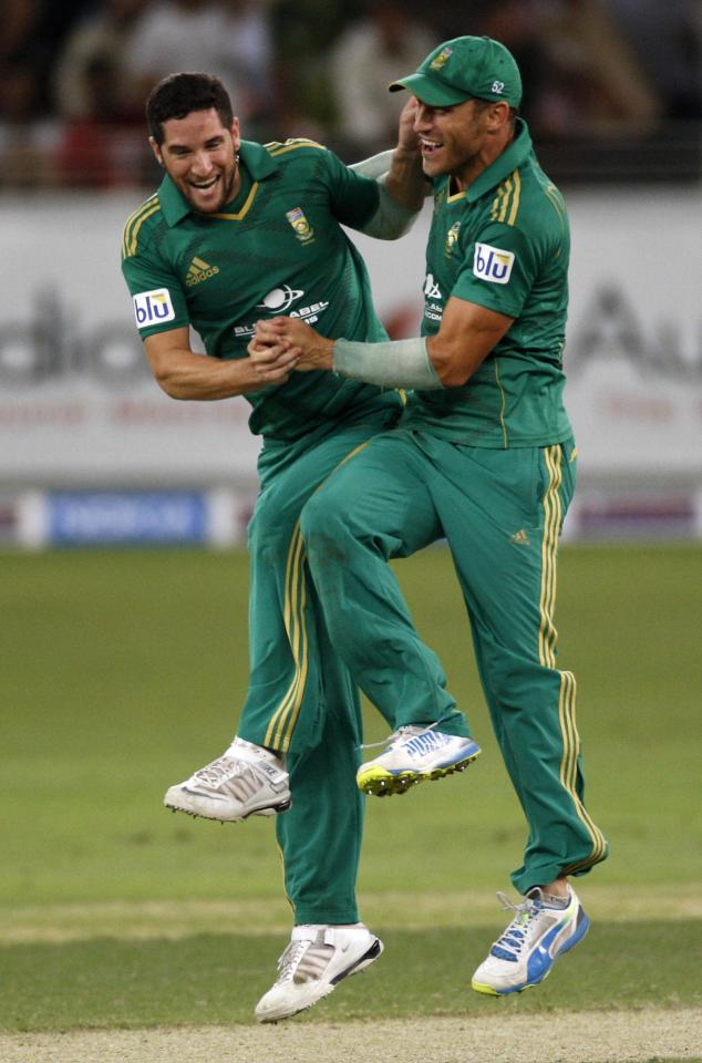 South Africa's Wayne Parnell (L) and Faf du Plessis (R) celebrate the wicket of Pakistan's Sohaib Maqsood during their second Twenty20 international cricket match in Dubai November 15, 2013. REUTERS/Nikhil Monteiro (UNITED ARAB EMIRATES - Tags: SPORT CRICKET)