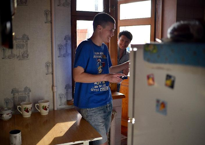 Ukrainian women 35 –year-old Yulia (L) and 28-year-old Natalia (R), relaxing in the kitchen of a refuge home in Kiev, after they fled the separatist east out of fear for their lives for being gay (AFP Photo/Genya Savilov)
