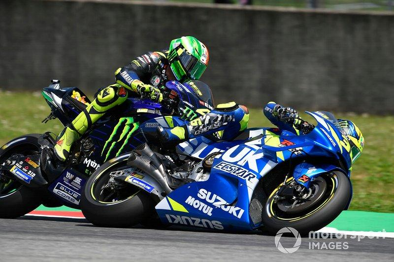 "Toque entre Valentino Rossi, Yamaha Factory Racing, y Joan Mir, Team Suzuki MotoGP<span class=""copyright"">Gold and Goose / Motorsport Images</span>"