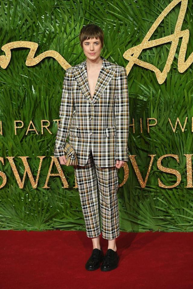 <p>Model Agyness Deyn stood out in a a plaid suit for the red carpet. (Photo: Getty Images) </p>