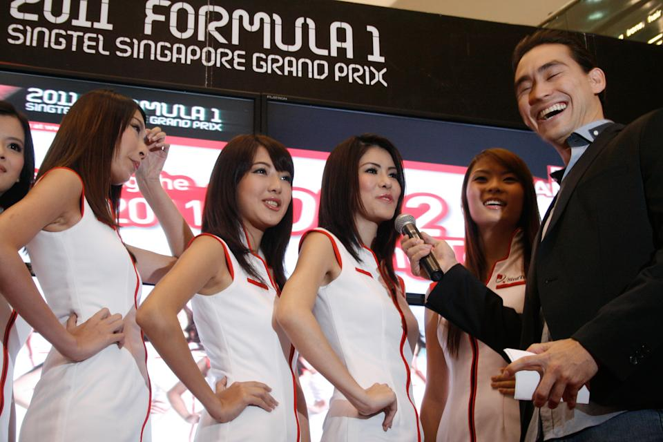A light-hearted moment between Paul and the girls. (Yahoo! photo)