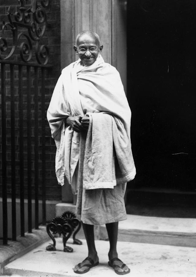 3rd November 1931: Indian leader Mahatma Gandhi (Mohandas Karamchand Gandhi), outside 10 Downing Street, London. He is in London to attend the Round Table Conference on Indian constitutional reform. (Photo by Central Press/Getty Images)