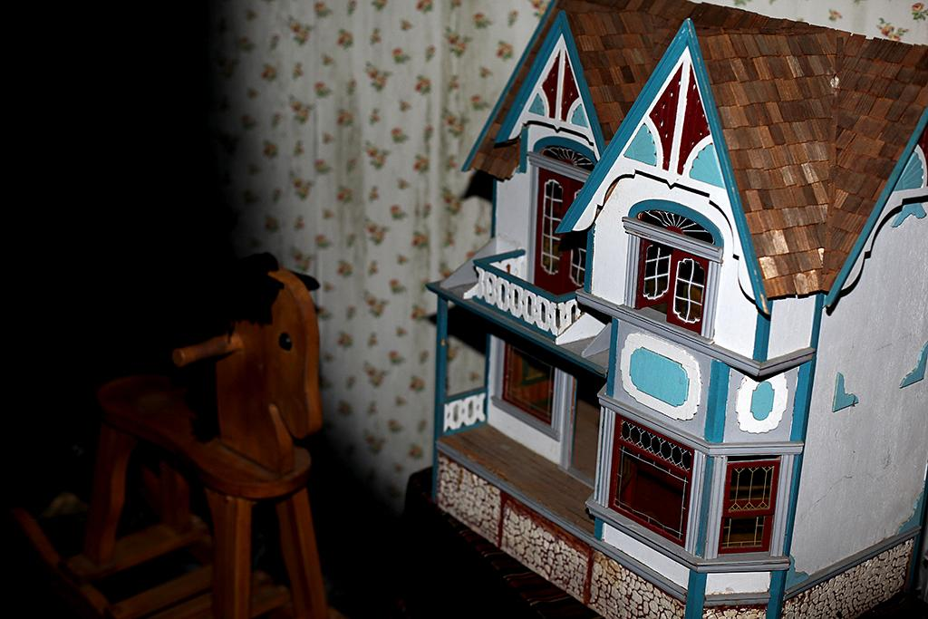 <p>Stay alert. You never know what may be lurking among the shadows behind the seemingly innocent dollhouse and rocking horse within Parker's bedroom. (Photo: Camilo Urdaneta/Yahoo) </p>