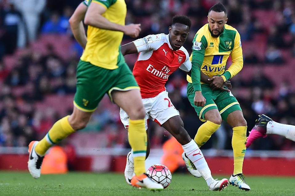Arsenal's Danny Welbeck (C) tries to wriggle away from Norwich City's Nathan Redmond (R) during their English Premier League match, at the Emirates Stadium in London, on April 30, 2016 (AFP Photo/Ben Stansall)