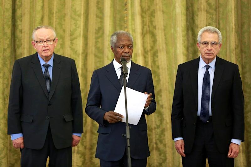 """Kofi Annan, former U.N secretary general, center, reads a statement at the conclusion of his meeting with Iran's Foreign Minister Mohammad Javad Zarif in Tehran, Iran, Monday, Jan. 27, 2014, with Martti Ahtisaari, former president of Finland, left, and Ernesto Zedillo, Mexican ex-president, right. The former head of the United Nations urged Iran Monday to build on a historic deal reached with world powers in November and work toward a final settlement over its contested nuclear program. Annan, who is heading a group of ex-world leaders known as """"The Elders,"""" made the comments after a meeting with Iran's Foreign Minister Mohammad Javad Zarif Monday. (AP Photo/Ebrahim Noroozi)"""