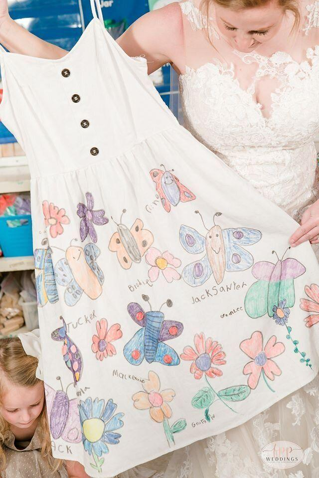 "All of her students signed their names on the dress, making it the perfect keepsake.  (Photo: <a href=""https://www.facebook.com/flyingpigphotos/"" target=""_blank"">FLYING PIG PHOTOGRAPHY</a>)"