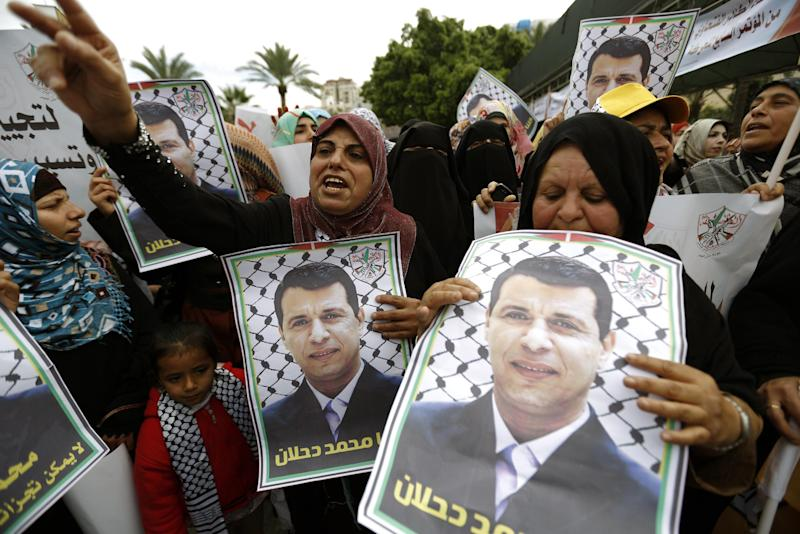Palestinian supporters of dismissed senior Fatah leader Mohammed Dahlan shout slogans during a protest to support him on December 18, 2014, in Gaza City (AFP Photo/Mohammed Abed)
