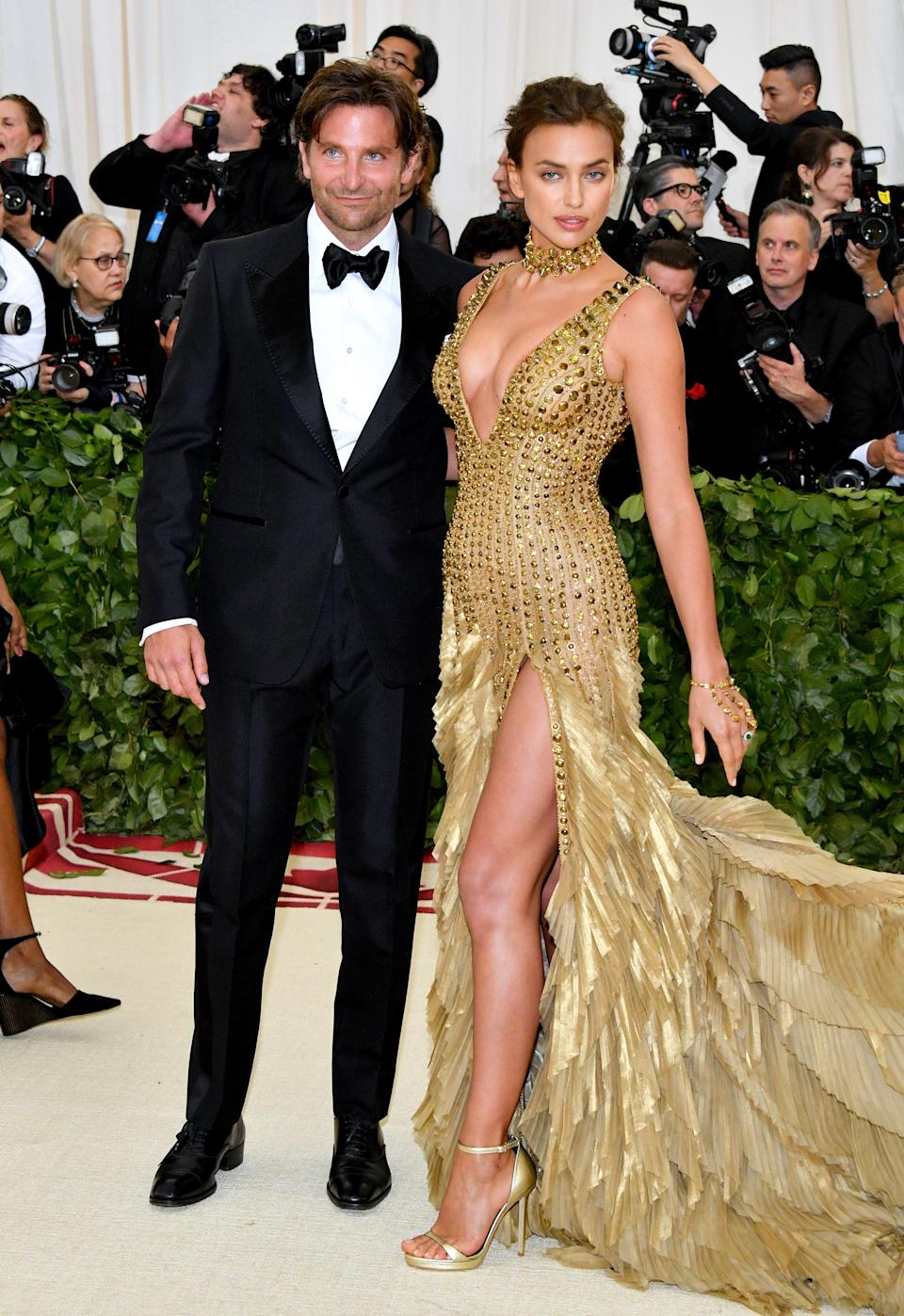 """<h1 class=""""title"""">Bradley Cooper in Tom Ford and Irina Shayk in Versace</h1><cite class=""""credit"""">Photo: Getty Images</cite>"""