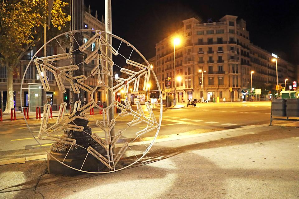 The Barcelona City Council orders to hang the Christmas lights in the center of Barcelona at night, during the curfew, in Barcelona, on 29th October 2020.   -- (Photo by Urbanandsport/NurPhoto via Getty Images) (Photo: NurPhoto via Getty Images)