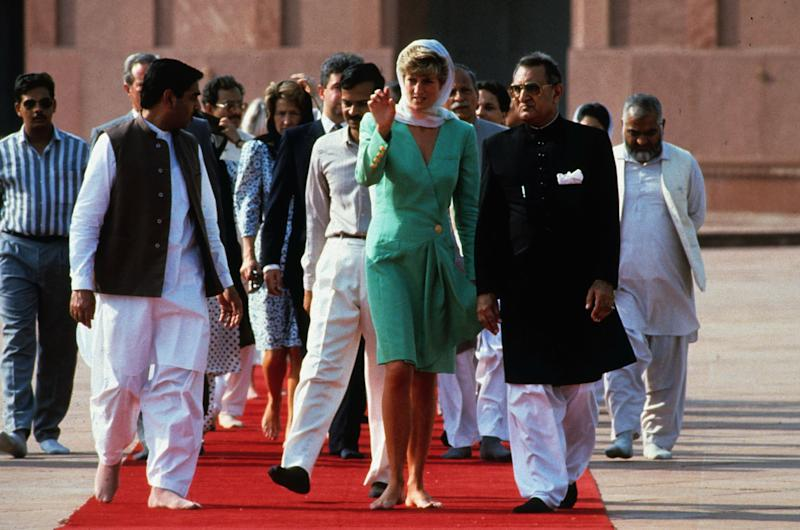 LAHORE, PAKISTAN - SEPTEMBER 25: Diana, Princess of Wales walks with bare feet as she visits the Badshai Mosque on September 25, 1991 in Lahore, Pakistan. (Photo by Anwar Hussein/Getty Images)