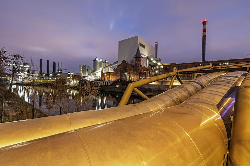 Power station (Berlin Moabit district) with large pipes for heating (Photo: fhm via Getty Images)