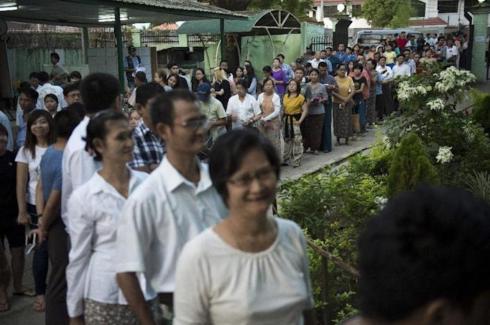 People queue to cast their vote at a polling station in Myanmar's former capital Yangon on November 8, 2015 (AFP Photo/Nicolas Asfouri)