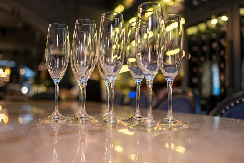 Manyempty champagne glasses on the bar. Drinks in glasses. Glass goblets.