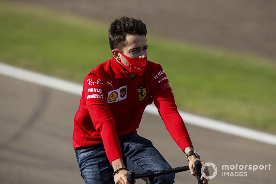 "Charles Leclerc, Ferrari, recorre Imola en bici<span class=""copyright"">Charles Coates / Motorsport Images</span>"