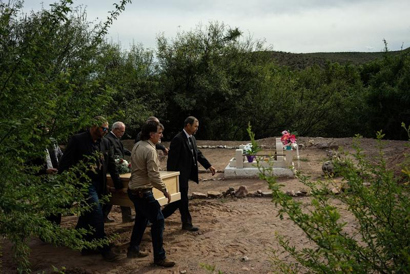 Justin Ray, a brother of Dawna Langford, and David Langford, her husband, carry her coffin. Two of Dawna's children, Trevor and Rogan, were killed in the attack. | César Rodríguez—El País