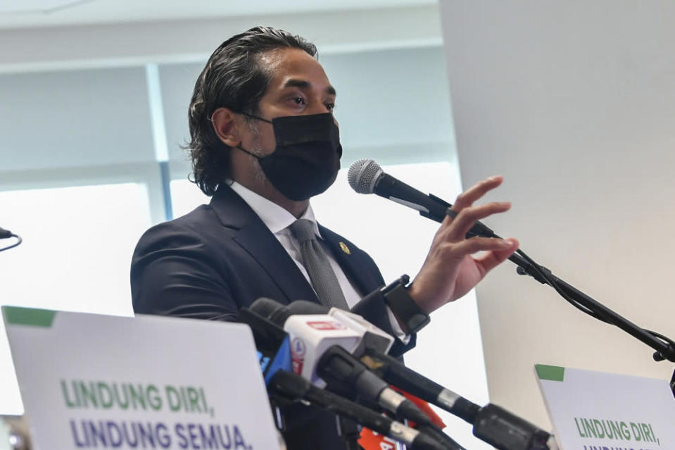 In a tweet, Khairy said that the 12 week interval is in line with recommendations given by the World Health Organisation (WHO), and is currently being practiced in the United Kingdom. — Bernama pic
