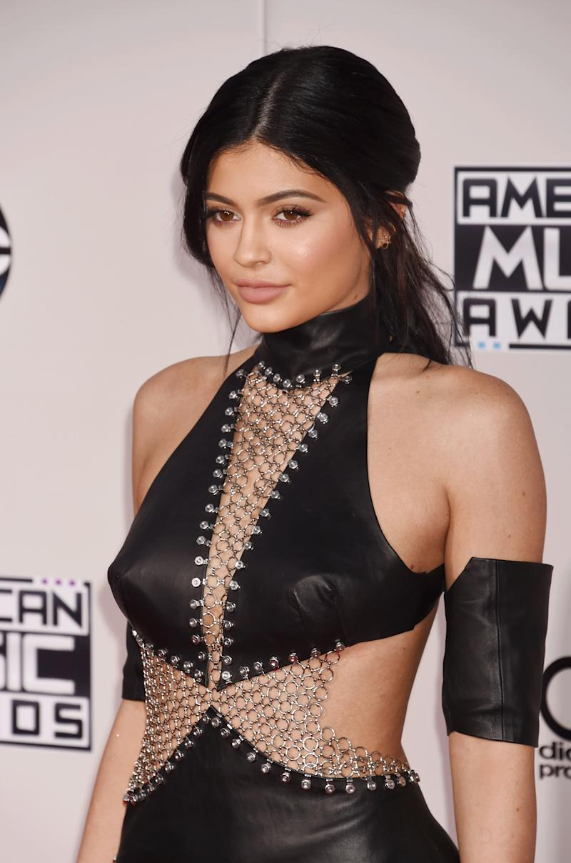 At the 2015 American Music Awards, Jenner keeps her long locks in a tousled, low pony with dewy, sun-kissed skin.