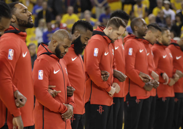 "Members of the <a class=""link rapid-noclick-resp"" href=""/nba/teams/hou"" data-ylk=""slk:Houston Rockets"">Houston Rockets</a> observe a moment of silence for the victims of the Santa Fe High School shooting before Game 3. (AP)"