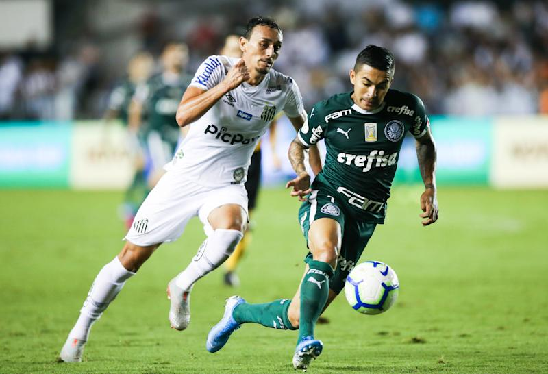 SANTOS, BRAZIL - OCTOBER 09: (L-R) Diego Pituca of Santos and Dudu of Palmeiras fight for the ball during the match for the Brasileirao Series A 2019 at Vila Belmiro Stadium on October 09, 2019 in Santos, Brazil. (Photo by Alexandre Schneider/Getty Images)