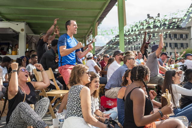 PHU30851 PUVI. Bern (Switzerland Schweiz Suisse), 15/07/2018.- Supporters of the France national soccer team react as they watch a public broadcast of the FIFA World Cup final soccer match between France and Croatia in Bern, Switzerland, 15 July 2018. (Croacia, Mundial de Fútbol, Suiza, Francia) EFE/EPA/PATRICK HUERLIMANN