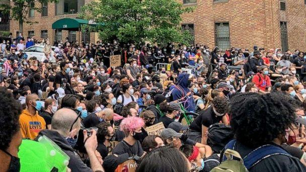 PHOTO: Hundreds of protesters took a knee outside of Gracie Mansion in Manhattan, where New York City Mayor Bill de Blasio lives, in a peaceful display on June 2, 2020 following the police death of George Floyd. (ABC News)