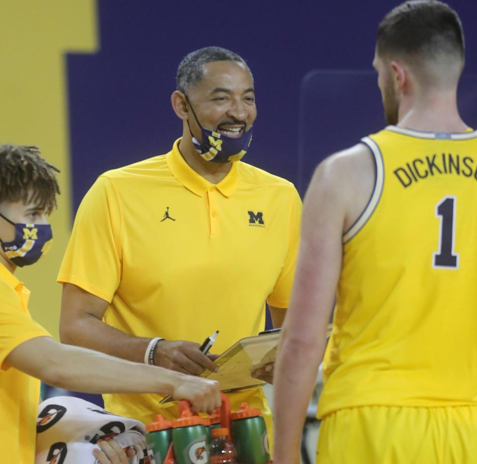 Michigan Wolverines head coach Juwan Howard talks with Hunter Dickinson during the win over the Michigan State Spartans, Thursday, March 4, 2021 at Crisler Center in Ann Arbor.