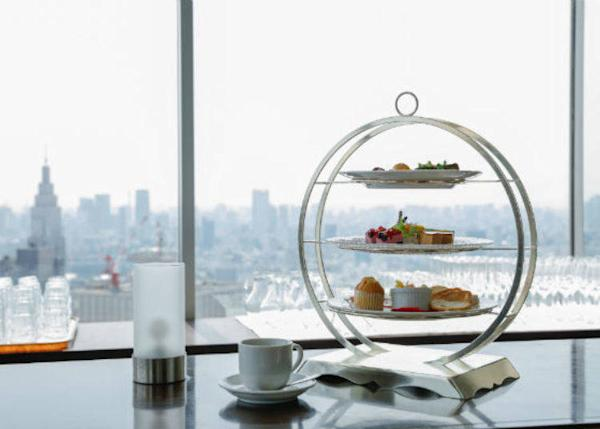 ▲Let's enjoy an elegant afternoon tea while admiring the city's landscape from the window