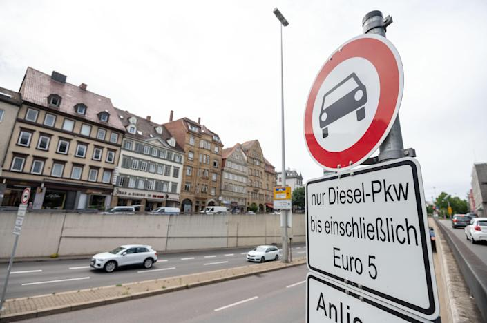 29 June 2020, Stuttgart: A sign bans diesel cars of the Euro 5 emission standard or older in the city centre. Photo: Marijan Murat/picture alliance via Getty Images