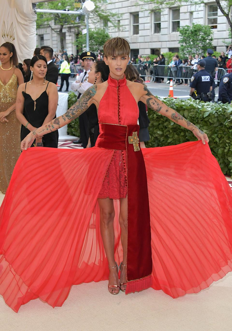 """<h1 class=""""title"""">Ruby Rose in Tommy Hilfiger and Jimmy Choo shoes with a Judith Leiber Couture bag</h1><cite class=""""credit"""">Photo: Getty Images</cite>"""