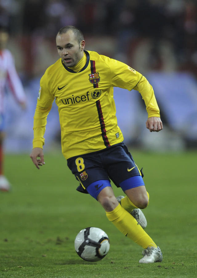 MADRID, SPAIN - FEBRUARY 14: Andres Iniesta of Barcelona during the La Liga match between Atletico Madrid and Barcelona at Vicente Calderon Stadium on February 14, 2010 in Madrid, Spain. (Photo by Denis Doyle/Getty Images)