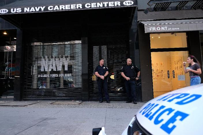 Two New York Police Department (NYPD) officers guard a closed US Naval Officer Recruiting center in downtown Manhattan, New York, on July 16, 2015, following two shootings at military centers in Tennessee (AFP Photo/Jewel Samad)