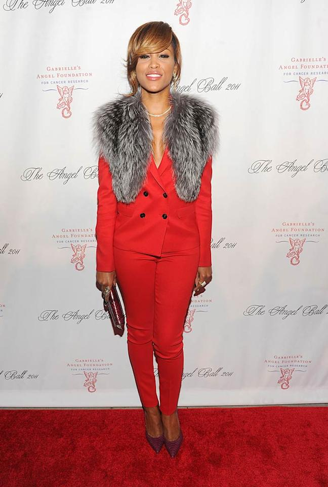 Had Eve picked a better pair of pumps -- and had her tomato-hued pantsuit been fur-free -- she may have found herself in this week's 2 Hot 2 Handle as opposed to What Were They Thinking?! (10/17/11)