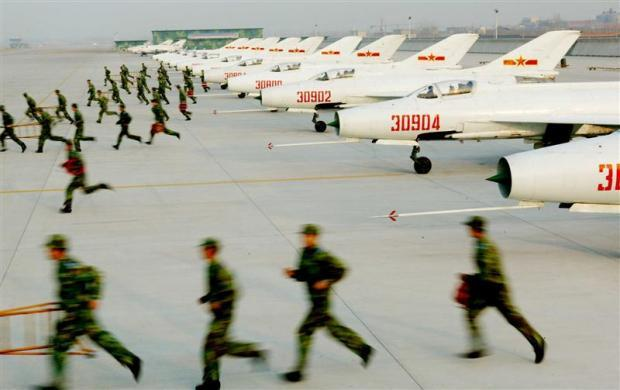 Chinese air force soldiers train at a military base in the Chinese city of Jinan, in Shandong province, March 31, 2005.