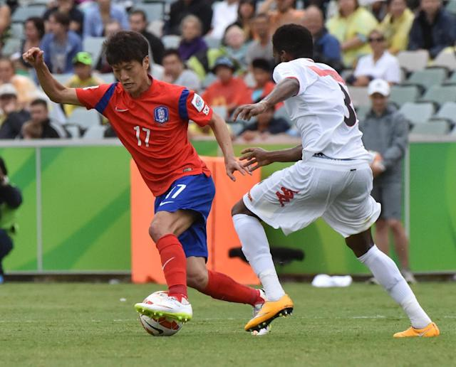 Lee Chung-Yong of South Korea (L) fights for the ball with Jaber Al Owaisi of Oman during their first round AFC Asian Cup match, in Canberra, on January 10, 2015 (AFP Photo/Mark Graham)