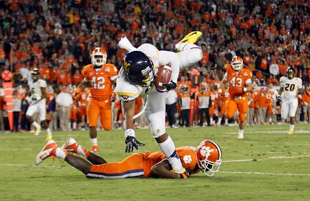 MIAMI GARDENS, FL - JANUARY 04: Willie Milhouse #85 of the West Virginia Mountaineers makes a reception in the first half against the Clemson Tigers during the Discover Orange Bowl at Sun Life Stadium on January 4, 2012 in Miami Gardens, Florida. (Photo by Streeter Lecka/Getty Images)