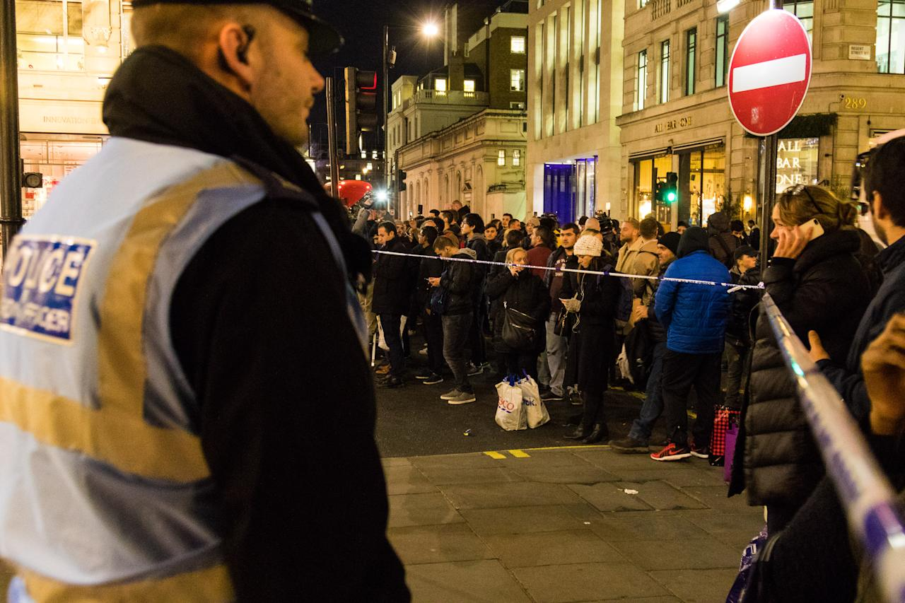 <p>Crowds are held back by police cordons two blocks from the Oxford Circus on Nov. 24, 2017 in London, England. (Photo: Paul Davey/Barcroft Media via Getty Images) </p>