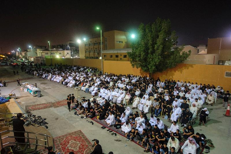 Saudi Shiite worshipers gather in a hussainiya, a Shiite hall used for commemorations, in the mainly Shiite coastal town of Qatif on October 16, 2015 (AFP Photo/Hussein Radwan)